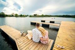 Couples dans l'amour au pilier en bois Photo stock