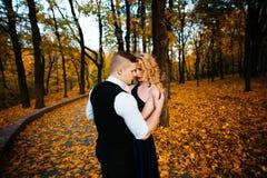 Couples dans l'amour Automne, extérieur Photos libres de droits