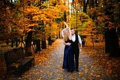 Couples dans l'amour Automne, extérieur Photos stock