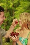Couples dans l'amour avec des cerises Photo stock