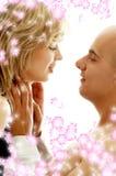 Couples dans l'amour avec des fleurs Photographie stock