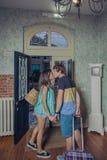 Couples dans l'amour avec des valises embrassant à la pension Image libre de droits