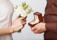 Couples dans l'amour avec l'anneau et le boîte-cadeau de mariage Image stock