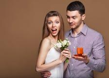 Couples dans l'amour avec l'anneau et le boîte-cadeau de mariage Photos libres de droits