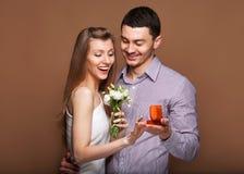 Couples dans l'amour avec l'anneau et le boîte-cadeau de mariage Photographie stock libre de droits
