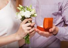 Couples dans l'amour avec l'anneau et le boîte-cadeau de mariage Image libre de droits