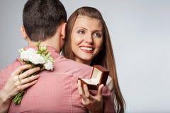 Couples dans l'amour avec l'anneau et le boîte-cadeau de mariage Images libres de droits