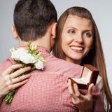 Couples dans l'amour avec l'anneau et le boîte-cadeau de mariage Photo libre de droits