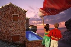 couples dans l'amour avec la villa de luxe avec la natation PO Images libres de droits