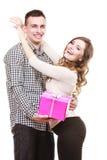 Couples dans l'amour avec le boîte-cadeau rose Photo libre de droits