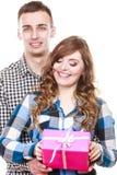 Couples dans l'amour avec le boîte-cadeau rose Images stock