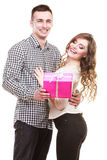 Couples dans l'amour avec le boîte-cadeau rose Images libres de droits