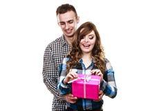 Couples dans l'amour avec le boîte-cadeau rose Photographie stock