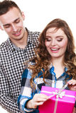Couples dans l'amour avec le boîte-cadeau rose Photographie stock libre de droits
