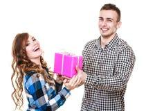 Couples dans l'amour avec le boîte-cadeau rose Photos stock