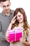 Couples dans l'amour avec le boîte-cadeau rose Image libre de droits