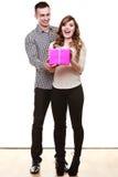 Couples dans l'amour avec le boîte-cadeau rose Photo stock