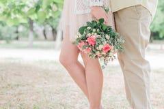 Couples dans l'amour avec le bouquet de fleur Image libre de droits