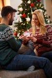 Couples dans l'amour avec le cadeau pour le réveillon de Noël Photo stock