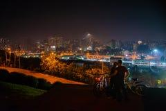 Couples dans l'amour avec le panorama de la ville de nuit Photos stock