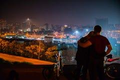 Couples dans l'amour avec le panorama de la ville de nuit Photo libre de droits