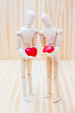 Couples dans l'amour avec leurs coeurs Images libres de droits
