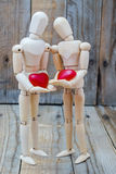 Couples dans l'amour avec leurs coeurs Images stock