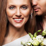 Couples dans l'amour avec un bouquet des fleurs Photo libre de droits