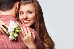 Couples dans l'amour avec un bouquet des fleurs Photos stock