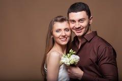 Couples dans l'amour avec un bouquet des fleurs Image libre de droits