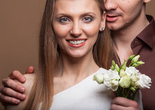 Couples dans l'amour avec un bouquet des fleurs Photographie stock libre de droits