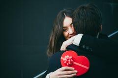 Couples dans l'amour avec un présent de coeur Photo libre de droits