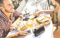 Couples dans l'amour ayant l'amusement au restaurant de nourriture de rue sur le voyage Photos libres de droits