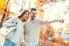 Couples dans l'amour ayant l'amusement dehors et le sourire Photographie stock libre de droits