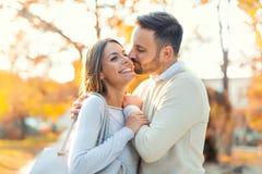 Couples dans l'amour ayant l'amusement dehors et le sourire Images libres de droits