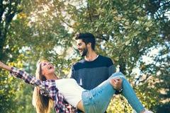 Couples dans l'amour ayant l'amusement dehors et le sourire Photo stock