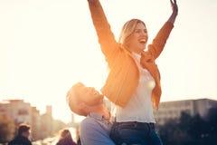 Couples dans l'amour ayant l'amusement portant sur le dos - le concept de liberté Photos stock