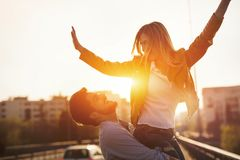 Couples dans l'amour ayant l'amusement portant sur le dos - le concept de liberté Images libres de droits