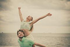 Couples dans l'amour ayant l'amusement sur la jetée de mer Photographie stock libre de droits