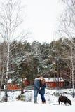 Couples dans l'amour ayant l'amusement avec le chien de Labrador Photo libre de droits