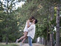 Couples dans l'amour ayant l'amusement dans un parc Photos stock