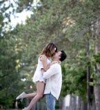 Couples dans l'amour ayant l'amusement dans un parc Photographie stock libre de droits