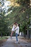Couples dans l'amour ayant l'amusement dans un parc Photographie stock