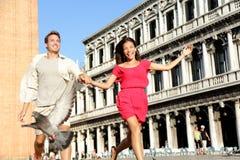 Couples dans l'amour ayant l'amusement espiègle à Venise Images libres de droits