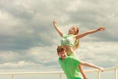 Couples dans l'amour ayant l'amusement sur la jetée de mer Images libres de droits