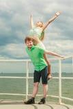 Couples dans l'amour ayant l'amusement sur la jetée de mer Photographie stock