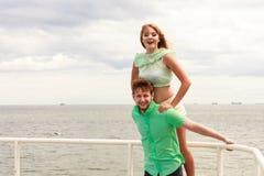 Couples dans l'amour ayant l'amusement sur la jetée de mer Photos stock
