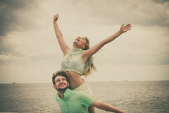 Couples dans l'amour ayant l'amusement sur la jetée de mer Image stock