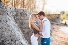 Couples dans l'amour ayant l'amusement sur la plage tropicale de paradis étonnant Modèle sexy et son homme bel appréciant l'heure Photo stock