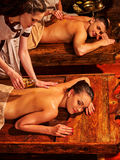 Couples dans l'amour ayant le traitement de station thermale sur le lit en bois Photos stock